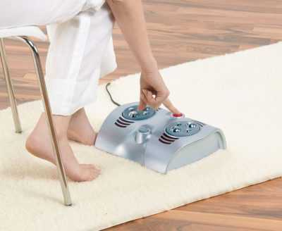 Bàn chân là nơi tập trung các mạch máu, các cơ và vô số các dây thần kinh, các điểm huyệt vị liên quan đến các cơ quan trong cơ thể. Chăm sóc đôi chân khỏe mạnh sẽ mang lại cho bạn một sức khỏe tốt, tuổi thọ cao. Máy massage chân trị liệu Beurer FM38 là thiết bị massage trị liệu kết hợp phương pháp massage trị liệu xoa bóp và hồng ngoại giúp giảm được sự mệt mỏi, căng thẳng của bàn chân, làm cho cơ thể thoải mái, tạo giấc ngủ ngon và sâu. Sản phẩm rất dễ sử dụng, thiết kế sang trọng Tác dụng của máy massage chân trị liệu Beurer FM38: - Trong quá trình massage lòng bàn chân được kích thích trực tiếp đến các huyệt đạo cơ thể sẽ mang lại cho bạn cảm giác thư giãn thần kinh và thể xác, giảm đau, chống co thắt, giảm được nhiều triệu chứng như nhức đầu, suy nhược thần kinh, trầm cảm, hồi hộp, lo lắng... - Thúc đẩy lưu thông và tuần hoàn máu về tim diễn ra dễ dàng hơn, cải thiện việc trao đổi chất dinh dưỡng, làm cho cơ, xương, khớp mềm mại, dẻo dai, tăng độ bền bỉ và sức chịu đựng của bàn chân. - Việc massage ở bàn chân còn có tác dụng làm thông kinh hoạt lạc, tăng cường sức đề kháng và chống các bệnh tật, kéo dài tuổi xuân và tăng thêm tuổi thọ... Đặc điểm nổi bật của máy massage Beurer FM38: - Máy dùng phương pháp massage kiểu Nhật, kết hợp dùng hồng ngoại. - Massage bàn chân hoàn toàn tự động. - Có thể dùng riêng lẻ từng phần, massage trị liệu hoặc trị liệu bằng hồng ngoại. - Chế độ massage theo yêu cầu. - Tự động tắt nguồn khi bạn không còn sử dụng. - Thiết kế sang trọng đẹp mắt, cách sử dụng đơn giản, dễ dàng phù hợp với nhiều đối tượng. Hình ảnh máy massage chân trị liệu Beurer FM38 Thông số kỹ thuật sản phẩm: - Điện áp: 220~50Hz - Công suất: 30W - Sản phẩm đã được kiểm tra và đạt tiêu chuẩn chất liệu Châu Âu - Bảo hành: 24 tháng Hướng dẫn sử dụng Beurer FM38 tại đây